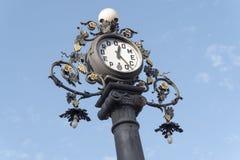 计时在街道上的老路灯柱,赫雷斯de la弗隆特里,西班牙 图库摄影