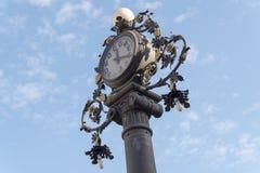 计时在街道的老路灯柱,赫雷斯de la弗隆特里,西班牙 免版税库存照片