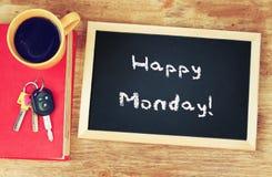 计时,咖啡杯和黑板有词组的愉快的星期一! 库存图片