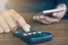 计算他的月度费用的商人手在税期间晒干 免版税库存图片