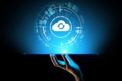 计算和在虚屏上的云彩技术数据存储概念 皇族释放例证