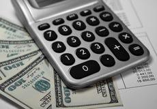 计算器、与编号的货币和纸张 库存图片