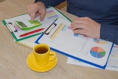 计算器、企业主、会计和技术、事务、计算器和文件在办公室 库存照片