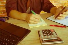 计算器、企业主、会计和技术、事务、计算机、膝上型计算机、计算器和文件在办公室 库存图片