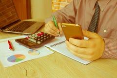计算器、企业主、会计和技术、事务、计算机、膝上型计算机、计算器和文件在办公室 B 免版税库存图片