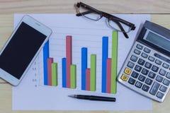 计算器、电话、笔和玻璃在财政图表,事务c 库存图片