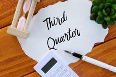 计算器、笔、沙子时钟、植物和纸顶视图写与三季度在木背景 商业和财务 免版税图库摄影