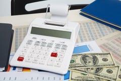 计算器和图和金钱在企业背景 库存照片