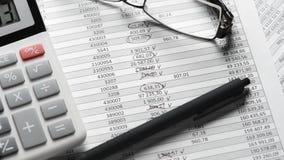 计算器和报告特写镜头 工作和计算的财务的办公用品 企业财务会计概念 股票录像
