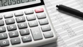 计算器和报告特写镜头 工作和计算的财务的办公用品 企业财务会计概念 影视素材