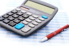 计算器和笔。 免版税库存图片