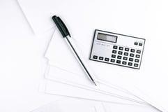 计算器和笔在白皮书板料 免版税库存图片