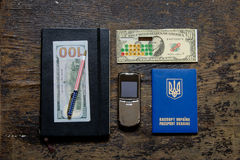 计算器和笔记薄护照笔美元电话 库存照片