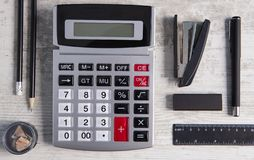 计算器在木背景的办公用品 图库摄影