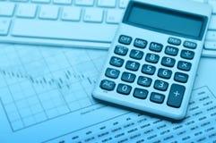 计算器在键盘和座标图纸,蓝色口气, a的按钮加号 免版税库存照片