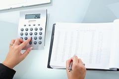 计算器女性现有量使用 免版税库存照片