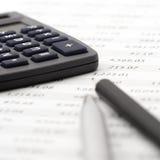 计算器接近的笔铅笔 免版税库存照片