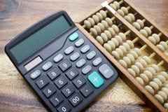 计算器有木桌背景 免版税库存图片
