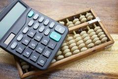 计算器有木桌背景 免版税库存照片