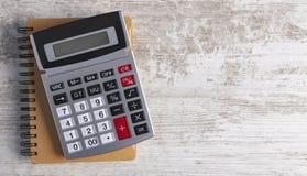 计算器木背景 免版税库存图片