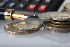 计算器硬币笔 免版税图库摄影