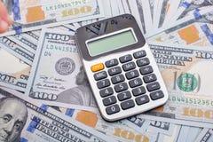 计算器被安置在美元钞票 免版税库存图片