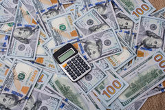 计算器被安置在美元钞票 库存图片