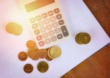 计算器金钱财务对象计数硬币在白色便条纸的企业会计概念金钱计算器 库存照片