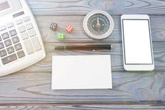 计算器,白色纸片,笔,智能手机,立方体,指南针 免版税库存照片