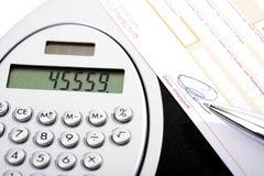 计算器,银行汇款和圆珠笔 库存图片