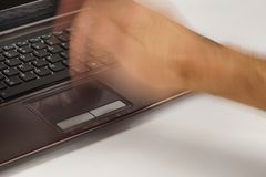 计算机不要正常运转 猛烈地碰撞膝上型计算机触感衰减器的一只男性手 免版税库存图片