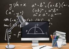 计算机与算术等式黑板图表的书桌前景  库存照片