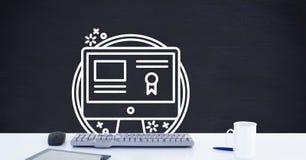 计算机与计算机证明黑板图表的书桌前景在网上学会的 免版税图库摄影