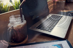 计算机两次曝光在桌上的在咖啡店里面 免版税图库摄影