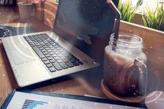 计算机两次曝光在桌上的在咖啡店里面 免版税库存照片
