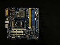 计算机主板的电子系统,与晶体管,在黑背景的微型电路的数字芯片 免版税库存照片