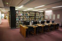 计算机书桌在图书馆里 库存照片