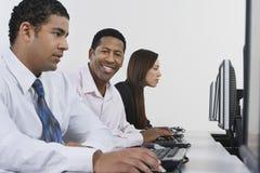 计算机书桌的商人 免版税库存图片