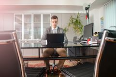 计算机书桌的商人 免版税图库摄影