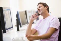 计算机人坐电话的空间使用 图库摄影