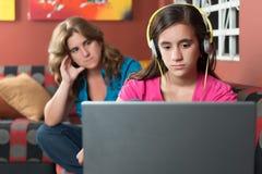 计算机使上瘾的女孩忽略她担心的母亲 免版税库存图片