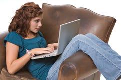 计算机俏丽的妇女运作的年轻人 免版税库存照片