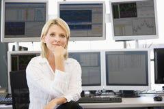 计算机前纵向股票交易商 免版税库存照片