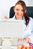 计算机医生医疗微笑的妇女工作 库存照片