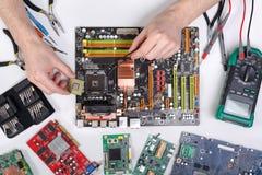 计算机升级 技术员接通微处理器对motherboa 免版税库存图片