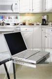 计算机厨房膝上型计算机 库存图片