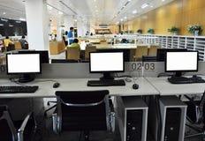 计算机在现代图书馆里 免版税库存照片