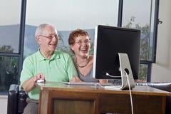 计算机夫妇前辈使用 免版税库存照片