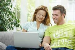 计算机夫妇膝上型计算机使用 免版税图库摄影