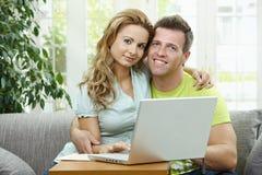 计算机夫妇膝上型计算机使用 库存图片